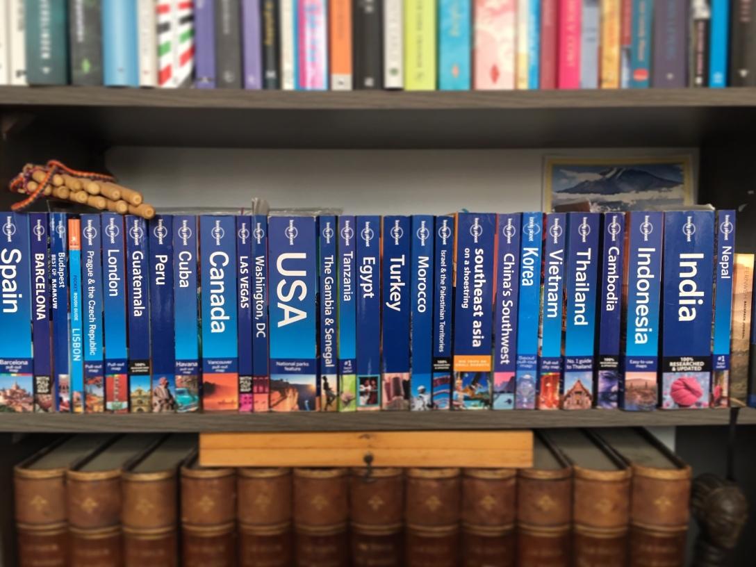 Boekenkast met lonely planets