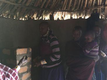 maasai vrouwen aan het werk aan een clean cookstove